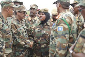 Il Presidente Farmayo ieri tra i militari di Mogadiscio strigne la mano a una soldata