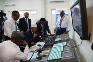 Il Presidente Mohamed A. Mohamed Formajo alla postazione della nuova Torre di controllo dell'Aeroporto Internazionale Aden Adde di Mogadiscio