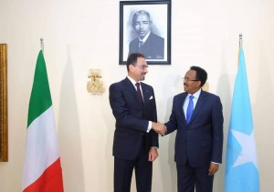 L'Ambasciatore Italiano Alberto Vecchi il giorno di presentazione delle credenziali al Presidente Mohamed A. Mohamed Formajo