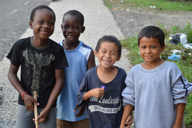 Bambini sorridenti della comunità Garifuna di Placencia