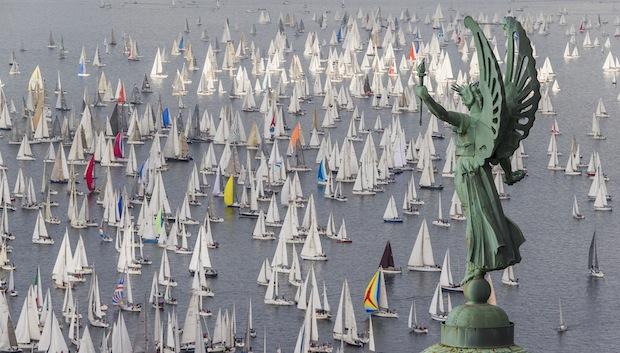 Il faro della Vittoria alata, a Trieste, con le vele della Barcolana 2013 sullo sfondo