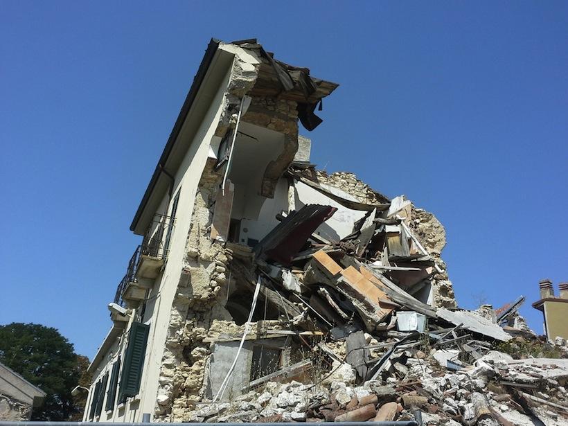 casa crollata a Onna, frazione dell'Aquila fortemente danneggiata dal terremoto