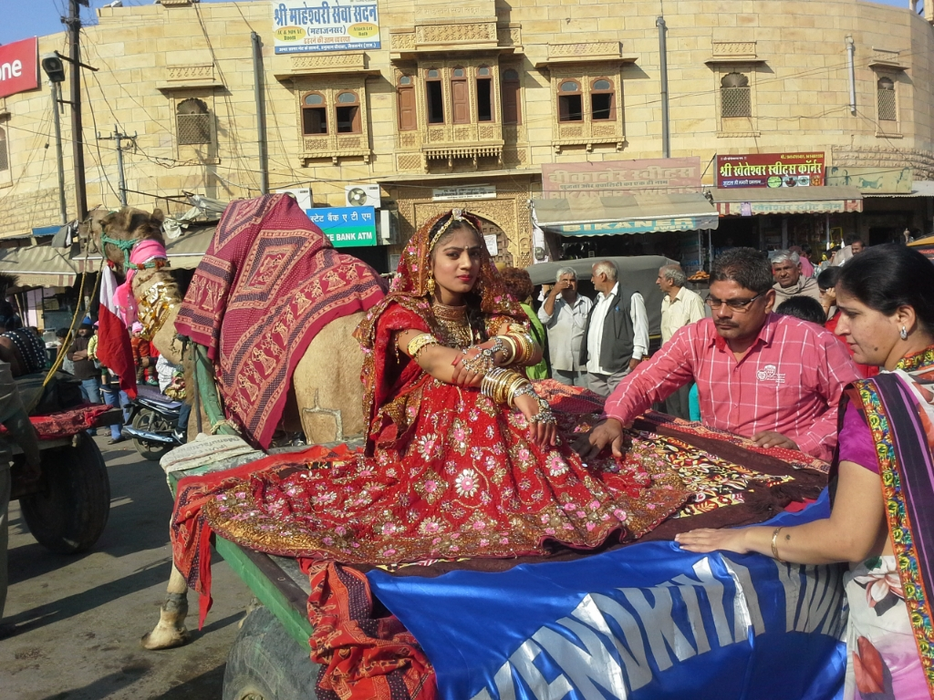 aspirante miss deserto al festival di Jaisalmer,  Rajasthan, India. photo copyright Cristina Favento
