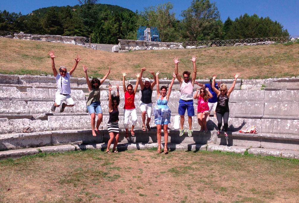 Yoga & pomodori presso le rovine del tempio sannita di Pietrabbondante, Abruzzo