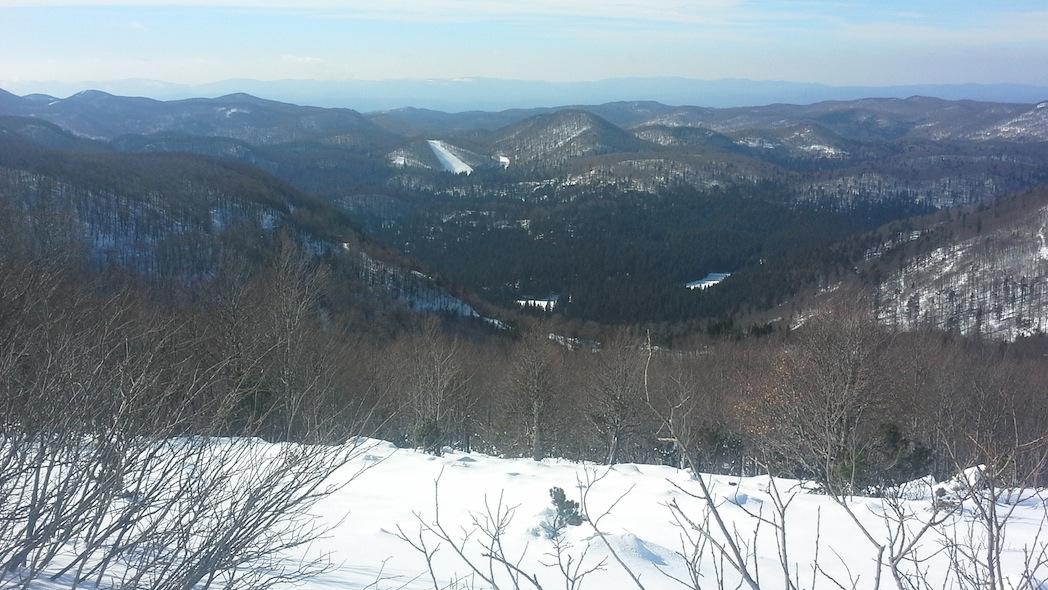 La vista salendo lungo il sentiero del Nevoso