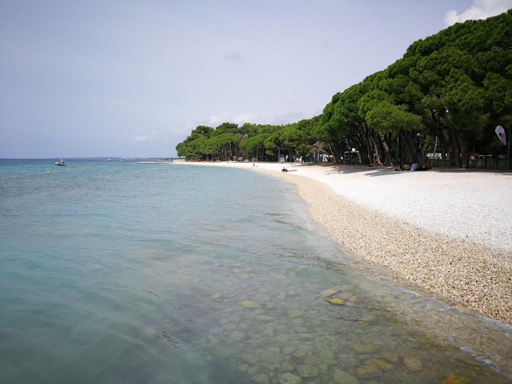 spiaggia del Bi village, allestito dentro al campeggio di Fasana