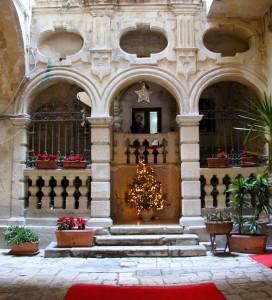 Ingresso di un portone a Bari vecchia addobbato per le feste natalizie