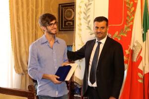 Nella foto il sindaco di Bari Antonio Decaro e il premiato.