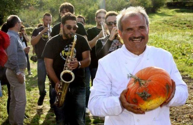 Peppe Zullo guida la processione delle mongolfiere