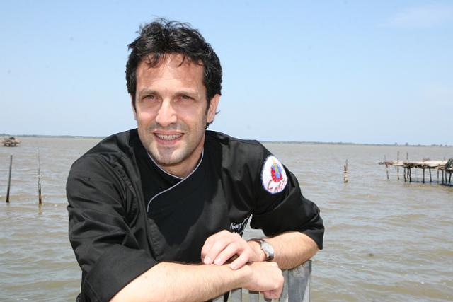 Lo chef Nazario Biscotti di fronte al lago di Lesina