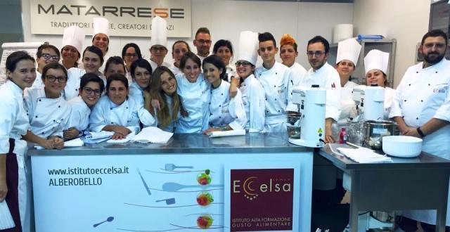 Gli allievi del corso di pasticceria di Eccelsa, la scuola di cucina di Alberobello