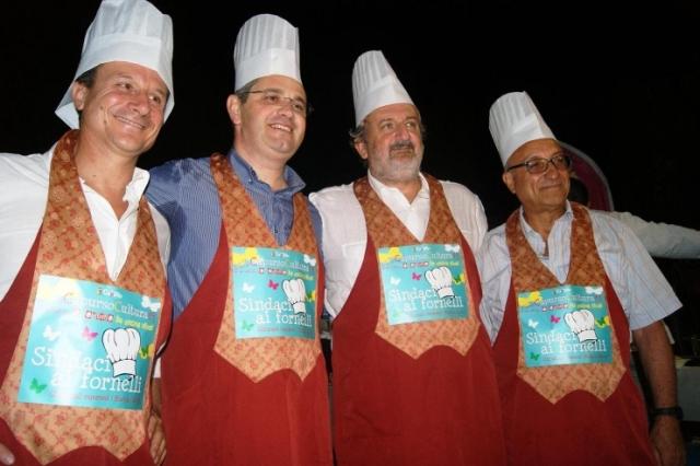 Sindaci ai fornelli, edizione 2013, vinta da Michele Emiliano (il terzo da sinistra)