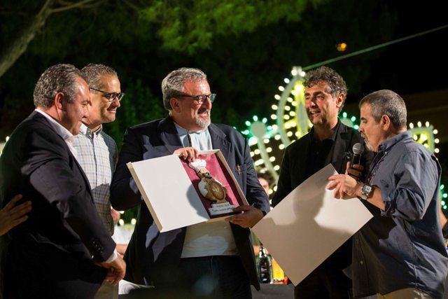 Il governatore della Puglia, Michele Emiliano, premia i vincitori