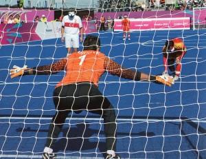 Il portiere turco Ali HIdir Kurt prima del rigore segnato dal cinese Xiaoqiang Li