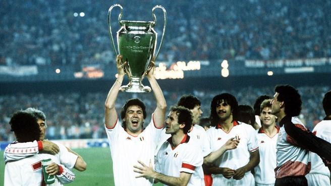 Il Milan vincitore della Coppa Campioni 1994 Ancelotti, Baresi; sullo sfondo Gullit