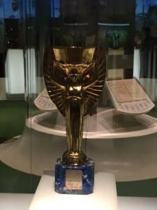 La copia della Coppa Rimet e la placca originale del 1930 esposte al museo della Fifa di Zurigo