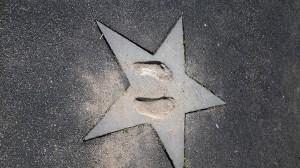Le impronte dei piedi di Ibra all'ingresso dello Zlatan Court