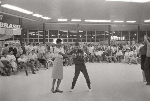 Wilma Rudolph balla con un atleta azzurro al villaggio olimpico