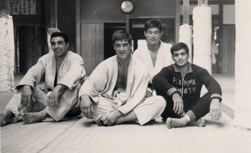 Da sinistra: Nicola Tempesta, Anton Geesink, Bruno Carmeni e Matsumoto dopo un allenamento (foto tratta da http://brunocarmenisjudoblog.com/)