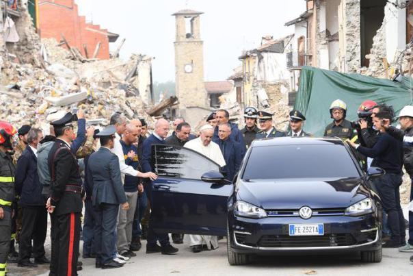 Il Papa ad Amatrice con una Golf Elettrica