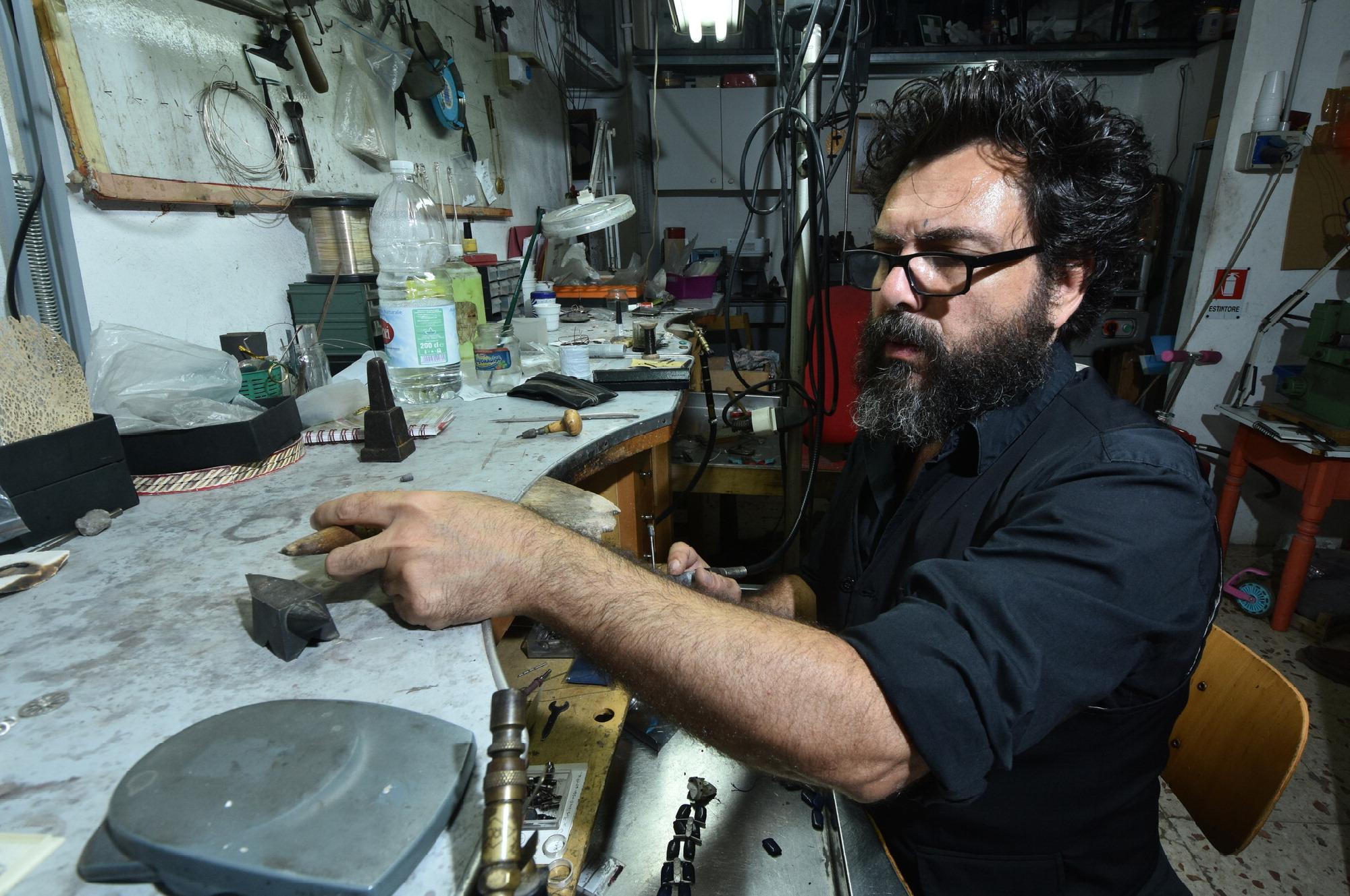 Il designer di gioielli siciliano in mostra al british for Designer di gioielli