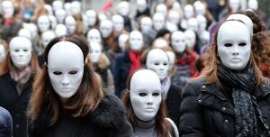 Violenza donne: flash mob a Torino con maschere bianche