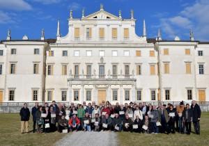 foto Petrussi maestri presepisti di fronte Villa Manin