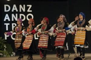 danzando tra i popoli blessano