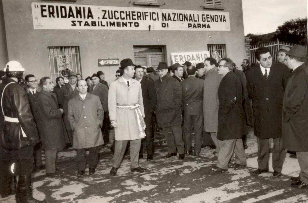 Enzo Baldassi con i lavoratori dello Zuccherificio Eridania 1968