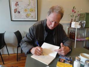 Greg McGee firma uno dei suoi libri (foto Zupo)