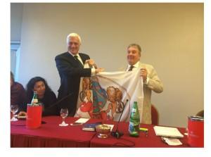 Marzio Innocenti consegna la bandiera dei Dogi ad Alfredo Gavazzi
