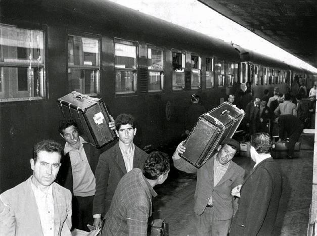 emigranti meridionali alla stazione di Porta Nuova a Torino