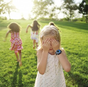 bambini con braccialetto