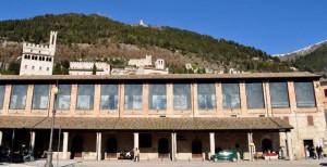 1-Gubbio-logge-vetrate