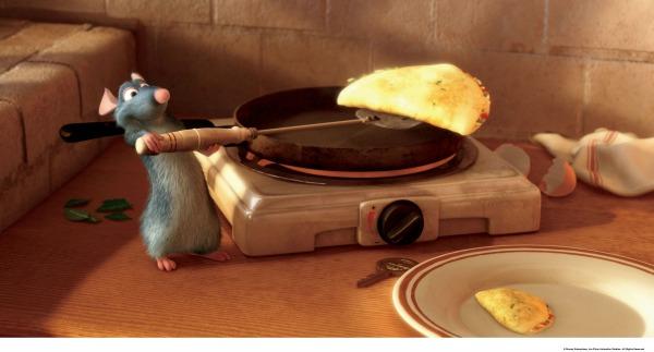 Remy, il topino cuoco protagonista del film Ratatouille, prepara una golosa omelette