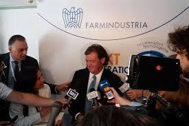 Il presidente Farmindustria Massimo Scaccabarozzi e, a sinistra, il capo ufficio stampa Antonio Morelli