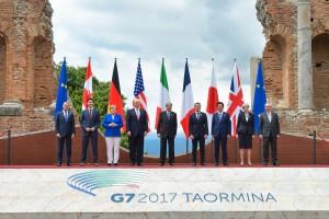 I presidenti e primi ministri dei Paesi del g7 con i due rappresentanti europei al vertice di Taormina