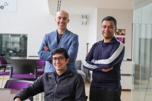 I tre ricercatori del Mit:  seduto Soroush Vosoughi; a sinistra Sinan Aral, e, a desra Deb Roy. CREDIT Photo: Melanie Gonick, MIT