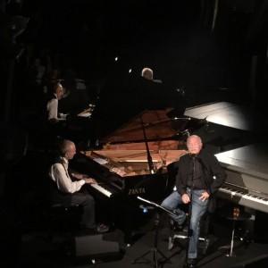 Gino Paoli e Danilo Rea durante il concerto nello showroom milanese di Meritalia