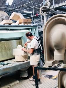 Uno dei numerosi interventi manuali durante la produzione di ceramiche Flaminia