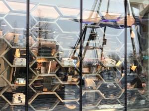 Gli scaffali di un negozio nella piazza del Vessel visti dalla vetrina