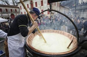 Lavorazione del formaggio in diretta a Cison