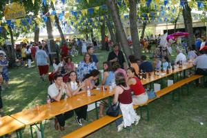 La tavolata di commensali alla festa in riva al Sile