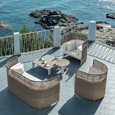 Esedra è la linea di arredi per esterno che rievoca la bellezza delle forme classiche. Nata dalla collaborazione tra Ethimo (www.ethimo.com) e Luca Nichetto