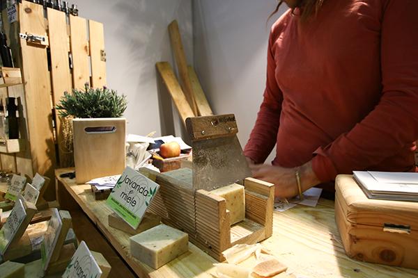 I professionisti de La Saponaria insegnano i segreti della saponificazione domestica grazie a una serie di laboratori di produzione di saponi solidi, cosmetici e detergenti (foto Alessia Gatta)
