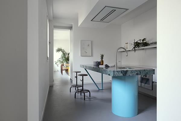 Il top della cucina TM Italia è realizzato in pietra verde per riprendere i vecchi interni delle case lagunari (foto Valentina Sommariva)