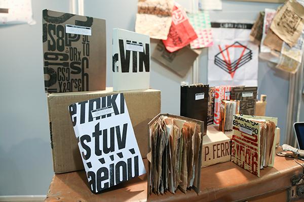 La Salumeria del design è l'appuntamento dedicato alle tecniche per trasformare il materiale di recupero in piccola oggettistica di design o imparare a fare piccoli lavori di cucito (foto Alessia Gatta)