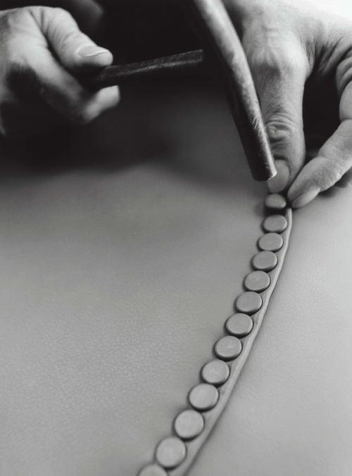Fase 4: i 275 chiodini che rifilano braccioli e schienali sono inseriti a mano
