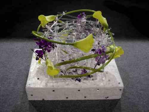 Una raffinata composizione con fiori e intrecci trasparenti
