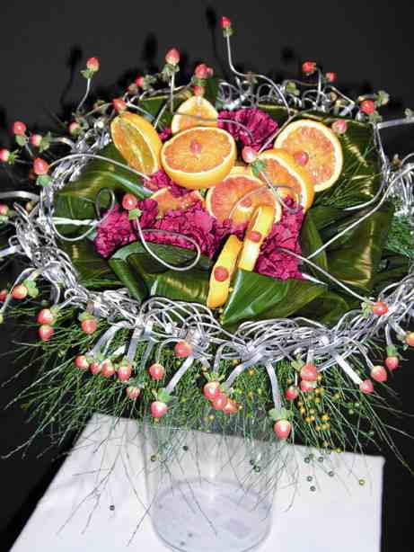Frutta, fiori e foglie contenuti in un intreccio sottile di metallo